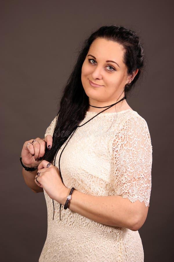Glückliche Frau 40 im Studio stockfotos