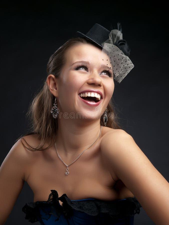 Glückliche Frau im Weinlesehut lizenzfreie stockfotografie