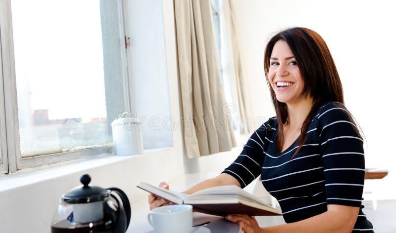 Glückliche Frau mit Buch lizenzfreies stockfoto