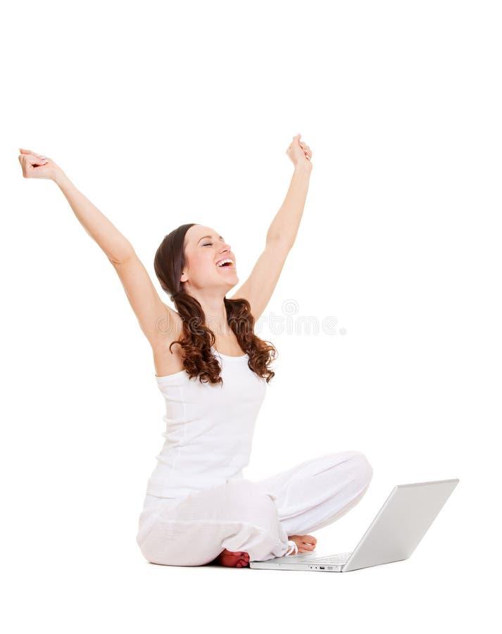 Glückliche Frau mit Computer lizenzfreie stockfotografie
