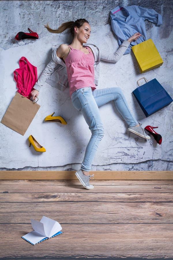 Glückliche Frau mit Einkaufenbeuteln stockfotos