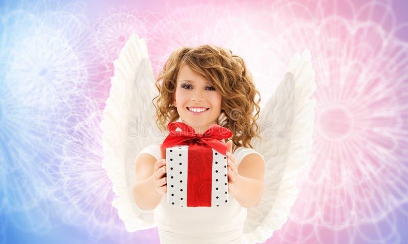 Glückliche Frau mit Engelsflügeln und Geburtstagsgeschenk stockbilder
