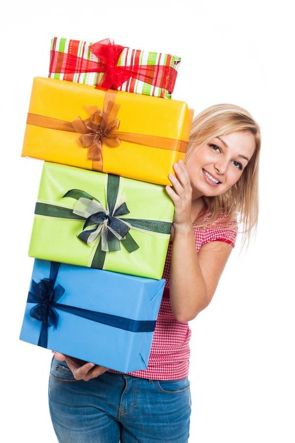 Glückliche Frau mit Geschenken stockbild