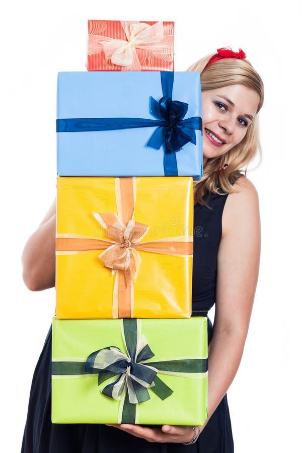 Glückliche Frau mit Geschenken lizenzfreie stockbilder