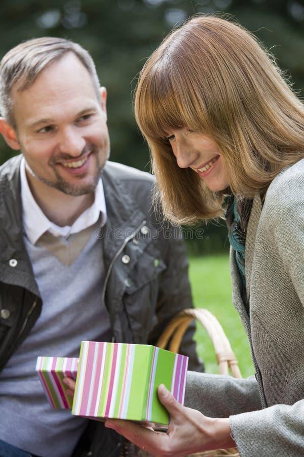 Glückliche Frau mit Geschenkkasten stockbild