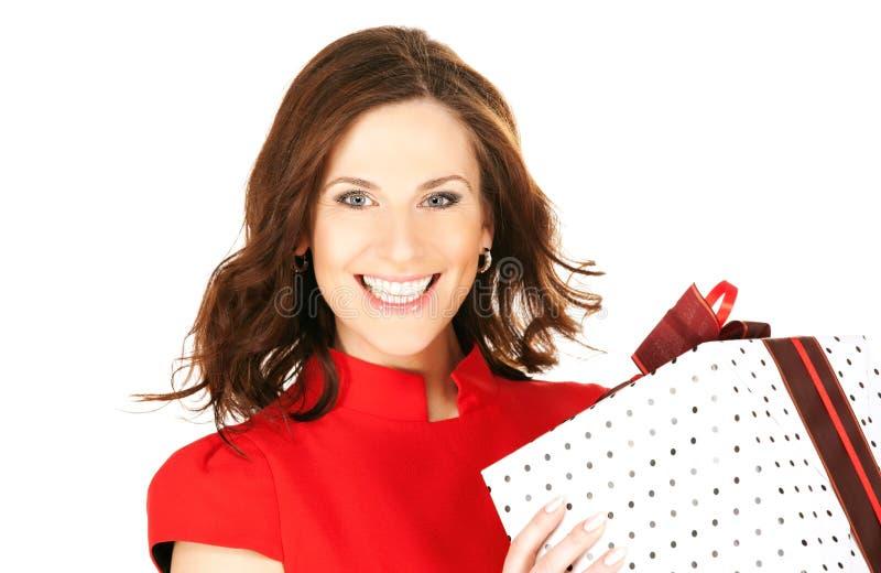 Glückliche Frau mit Geschenkkasten stockfotos