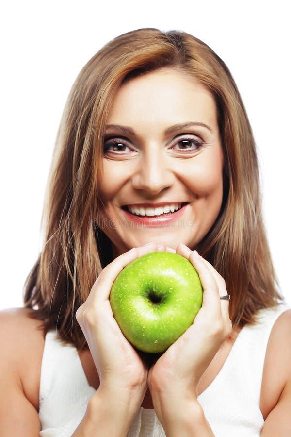 Glückliche Frau mit grünem Apfel stockfoto