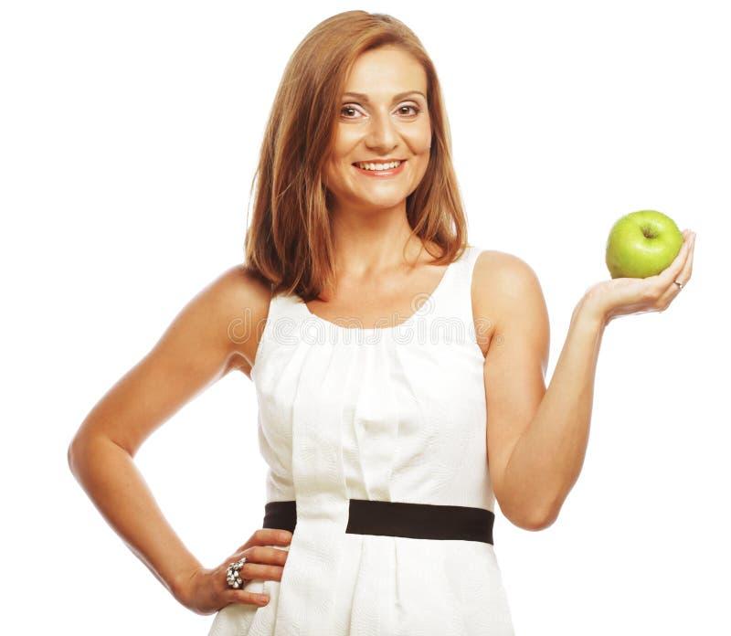 Glückliche Frau mit grünem Apfel stockfotografie
