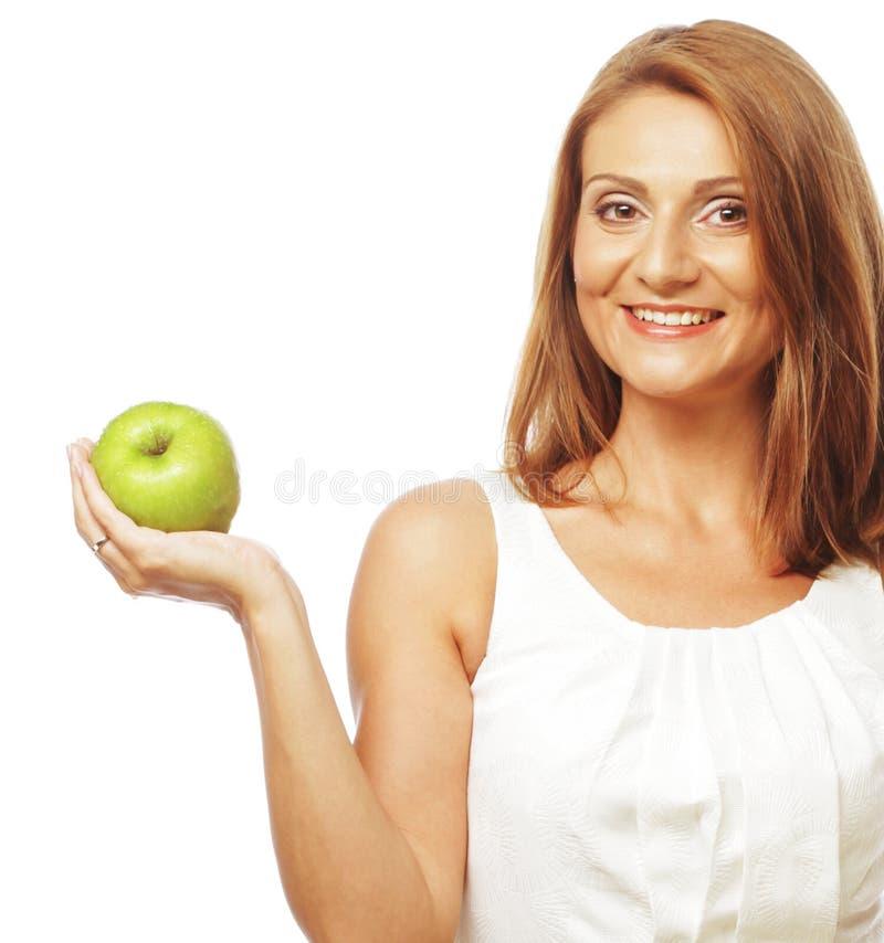 Glückliche Frau mit grünem Apfel lizenzfreies stockfoto