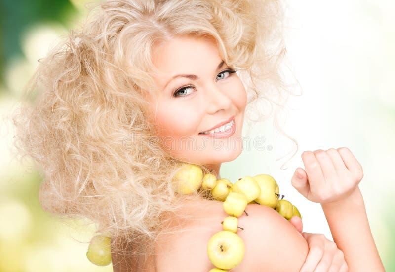 Glückliche Frau mit grünen Äpfeln lizenzfreie stockfotos