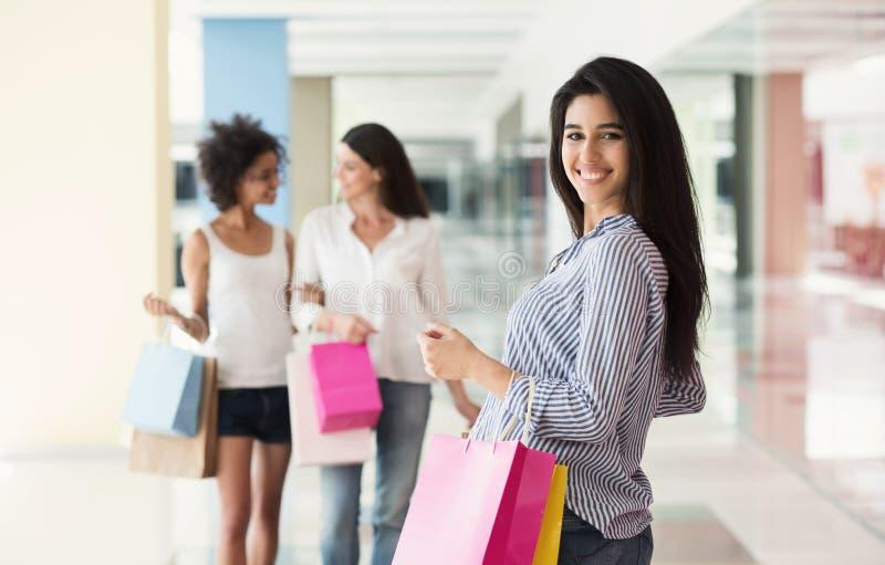 Glückliche Frau mit Gruppe Freunden am Hintergrund stockfotografie