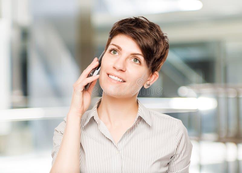 Glückliche Frau mit Handy und Raum gelassen lizenzfreie stockbilder
