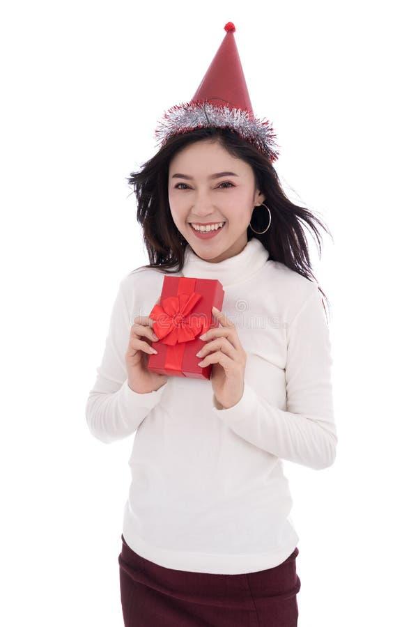 Glückliche Frau mit Hut und dem Halten eines roten Weihnachtsgeschenkbox isolat stockfoto