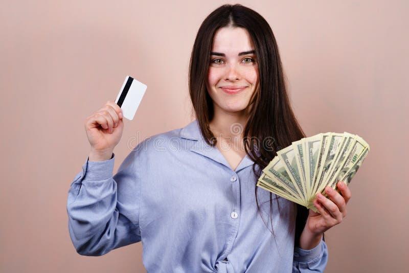 Glückliche Frau mit Kreditkarte und Dollarscheinen lizenzfreie stockfotos