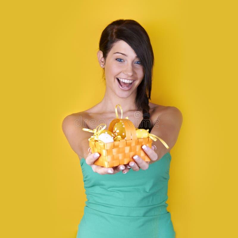 Glückliche Frau mit Ostereiern stockbilder