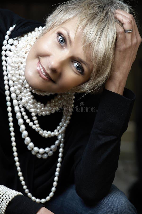 Glückliche Frau mit Perlen stockbilder