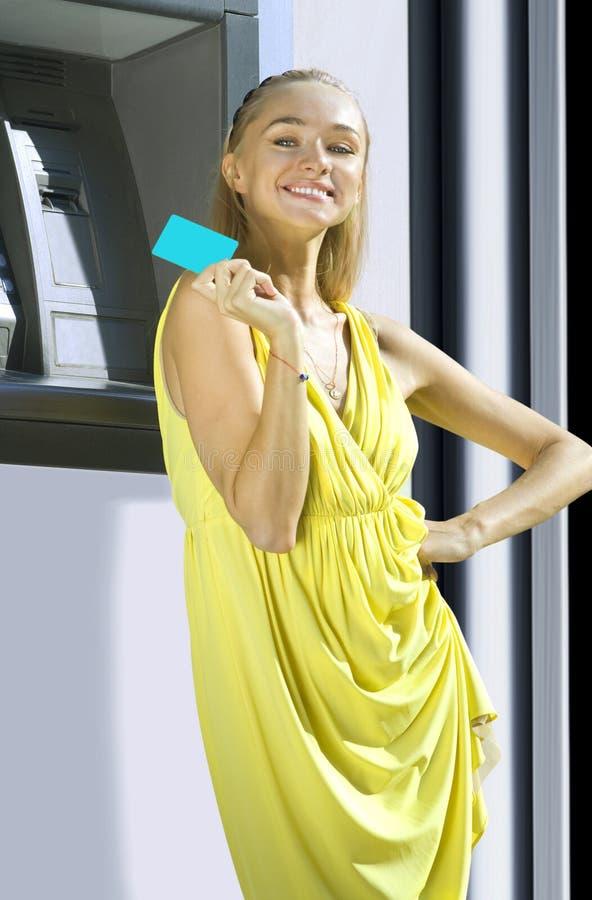 Glückliche Frau mit Plastikkarte lizenzfreies stockfoto