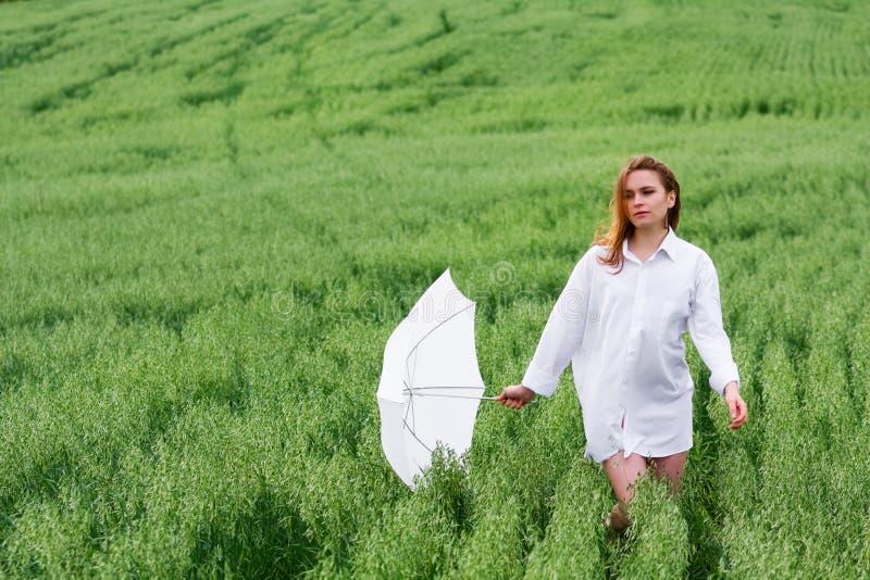 Glückliche Frau mit Regenschirm. lizenzfreie stockfotografie