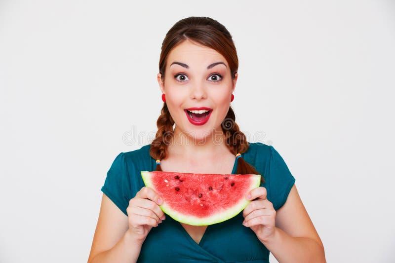 Glückliche Frau mit Scheibe der Wassermelone lizenzfreie stockfotos
