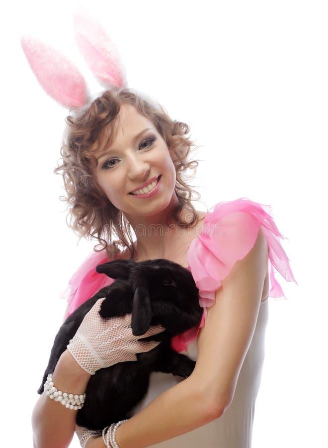 Glückliche Frau mit schwarzem Kaninchen stockbild