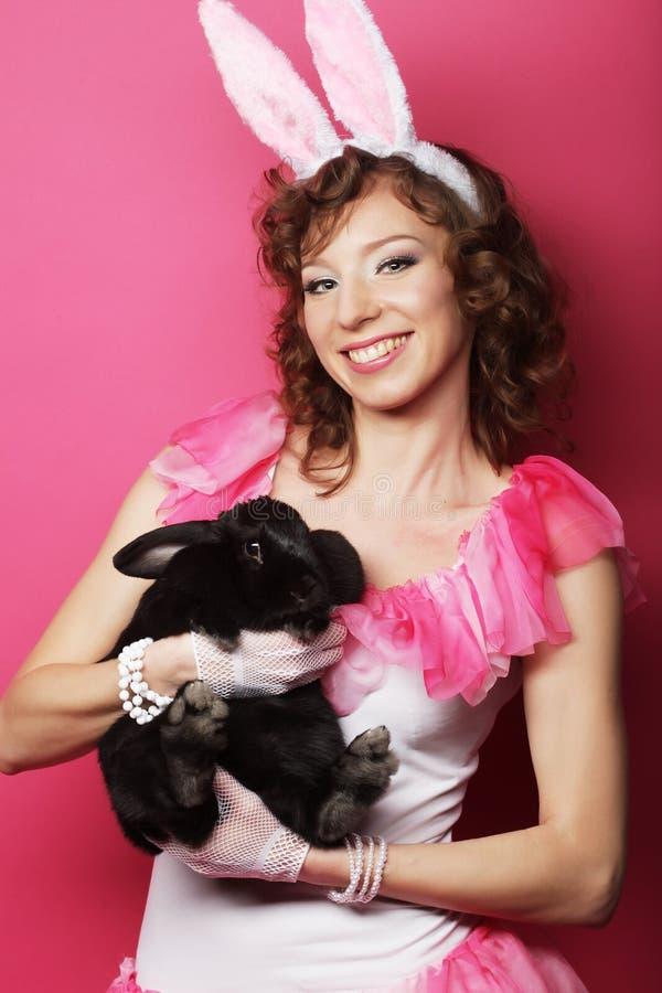 Glückliche Frau mit schwarzem Kaninchen stockfotografie