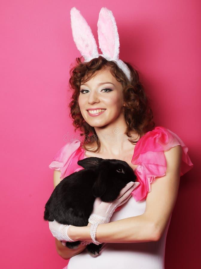 Glückliche Frau mit schwarzem Kaninchen stockbilder