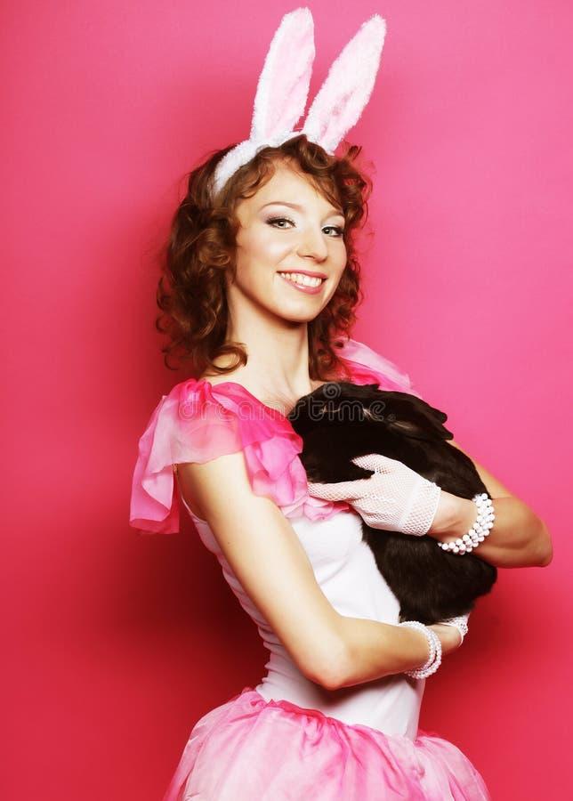 Glückliche Frau mit schwarzem Kaninchen stockfoto