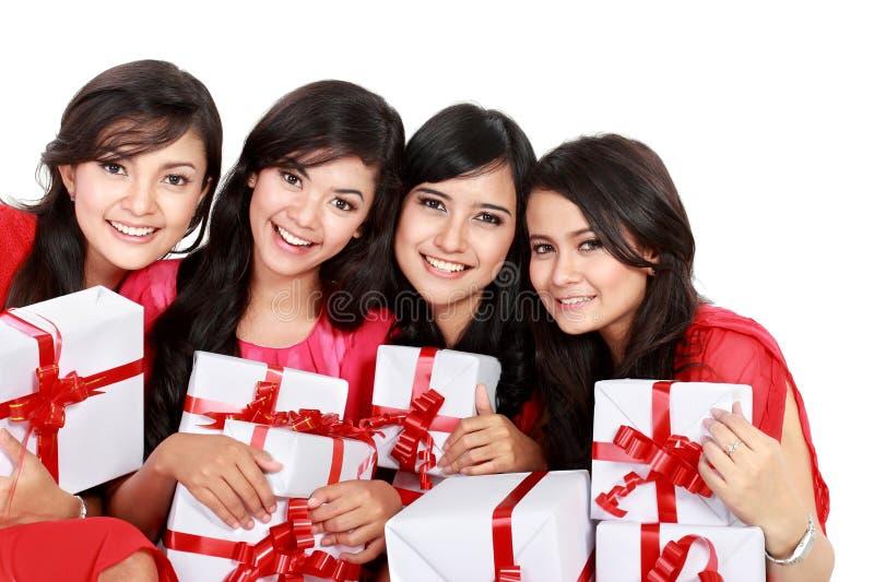 Glückliche Frau mit vier Asiaten mit Weihnachts-Sankt-Hut, der Geschenkbox hält lizenzfreie stockbilder