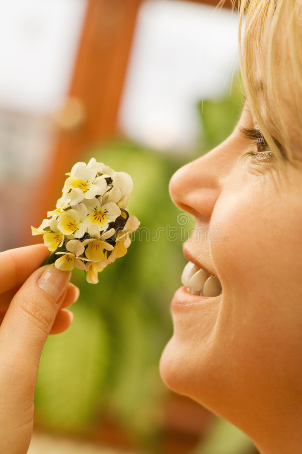Glückliche Frau mit Wildflowersblumenstrauß lizenzfreie stockbilder
