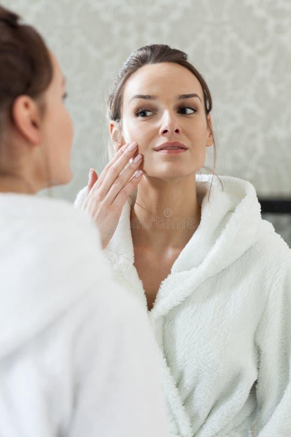 Glückliche Frau nach Gesichtsbehandlung stockbild