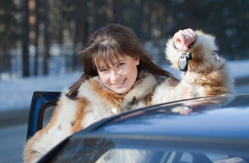Glückliche Frau nahe ihrem Auto stockbilder