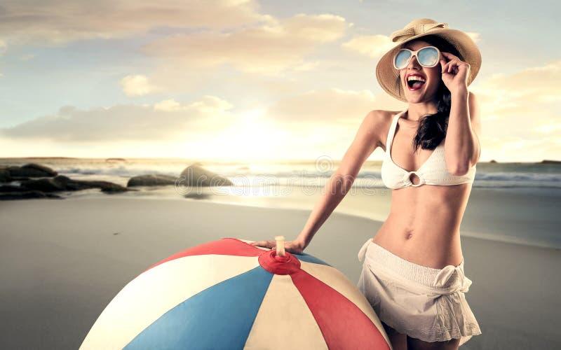 Glückliche Frau am Strand stockbild