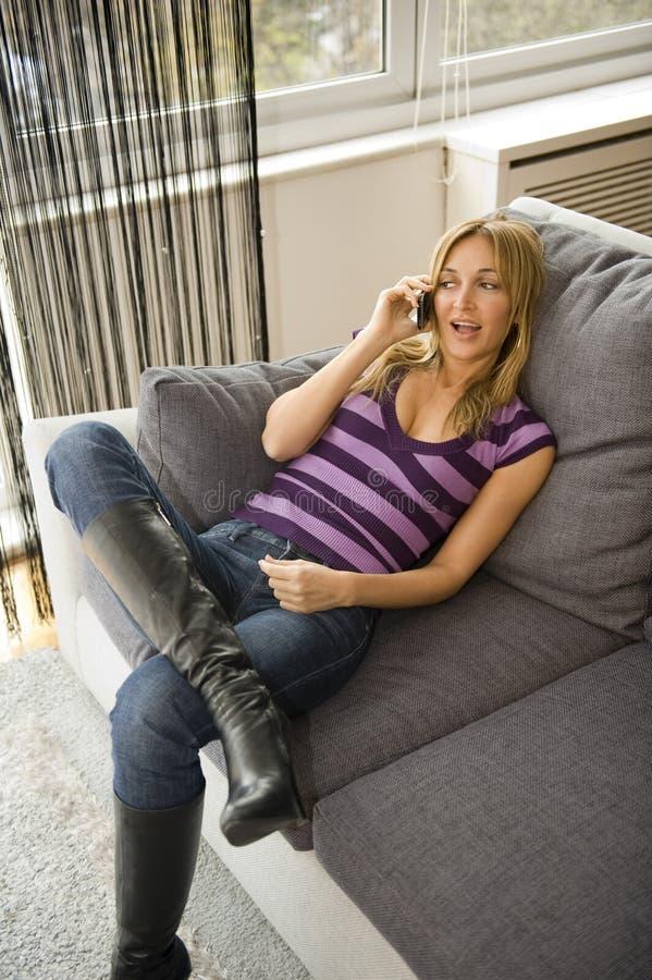 Glückliche Frau am Telefon lizenzfreies stockbild