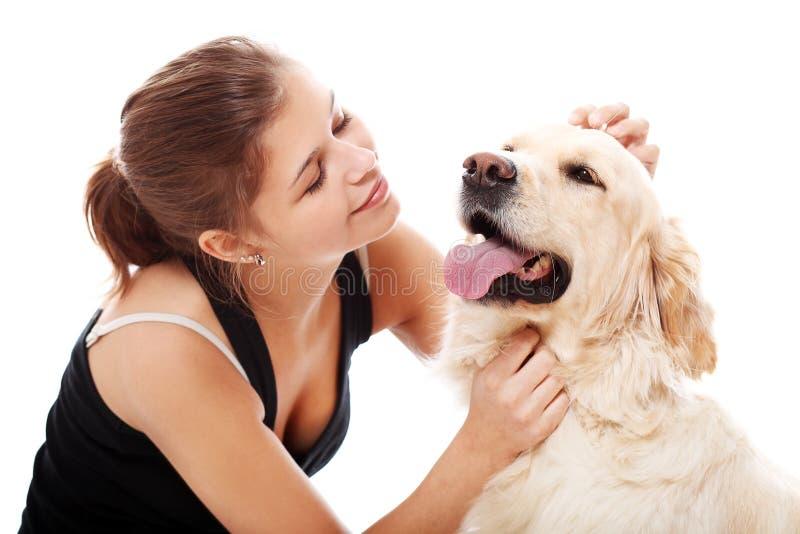 Glückliche Frau und ihr schöner Hund stockfotografie