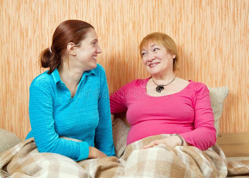 Glückliche Frau und ihre Tochter lizenzfreies stockbild