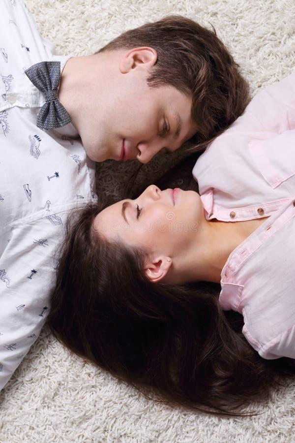 Glückliche Frau und junger Mann in der Fliege betrachten einander lizenzfreie stockfotografie