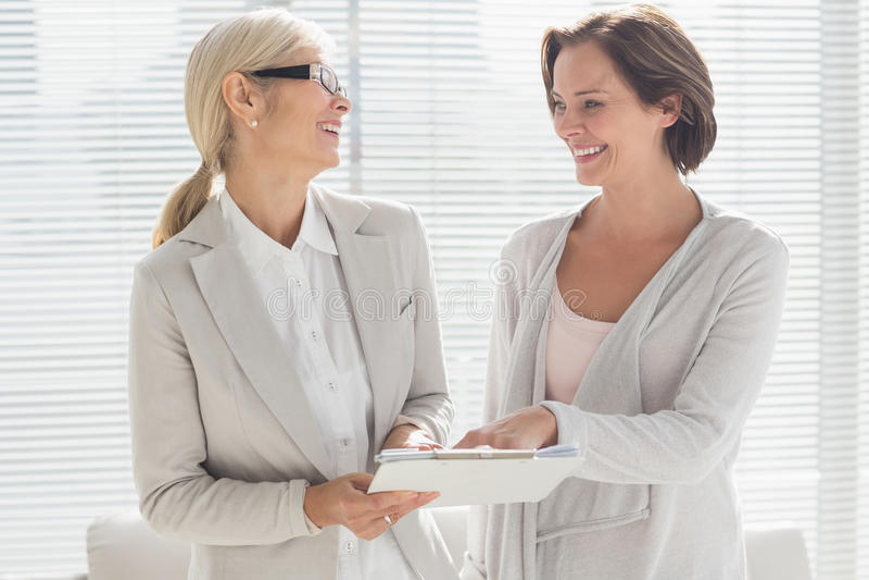 Glückliche Frau und Therapeut lizenzfreies stockbild