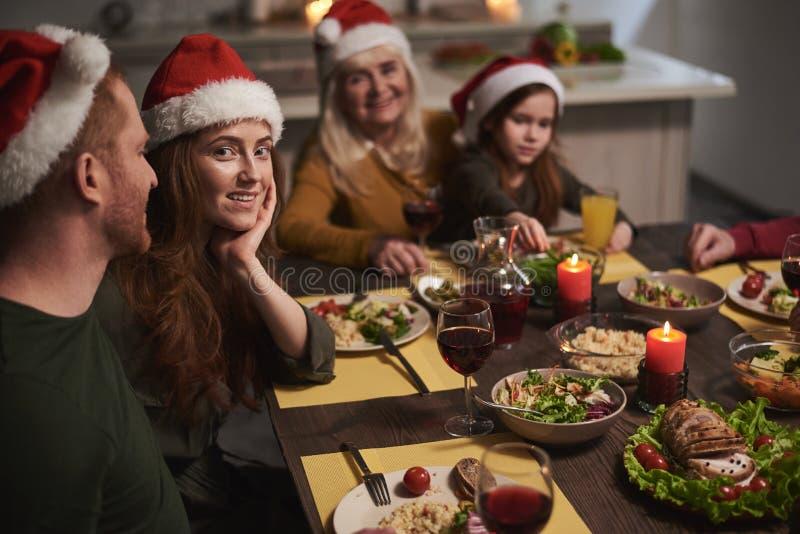 Glückliche Frau unter Familie auf Weihnachten lizenzfreie stockfotos