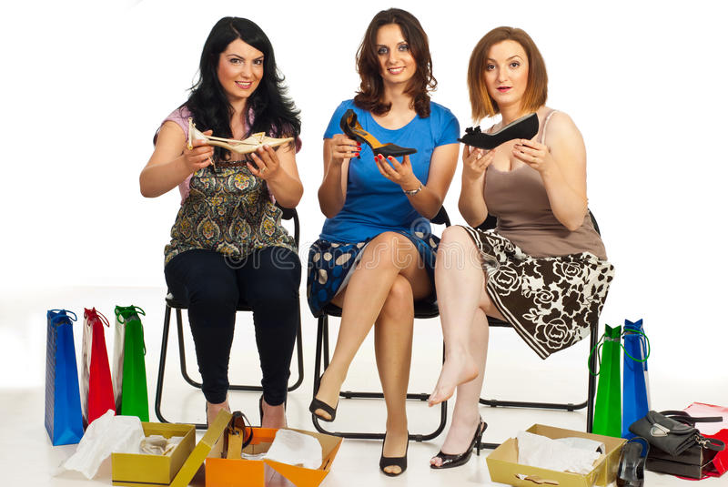 Glückliche Frauen, die neue Schuhe zeigen lizenzfreies stockfoto