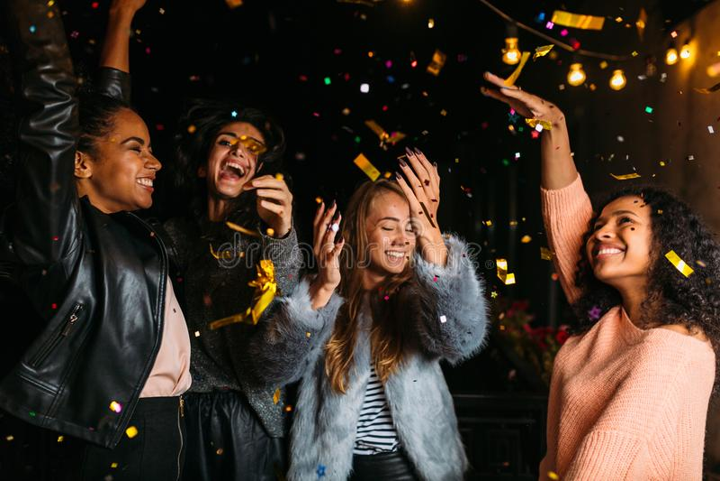 Glückliche Frauen, die Partei nachts genießen lizenzfreies stockfoto