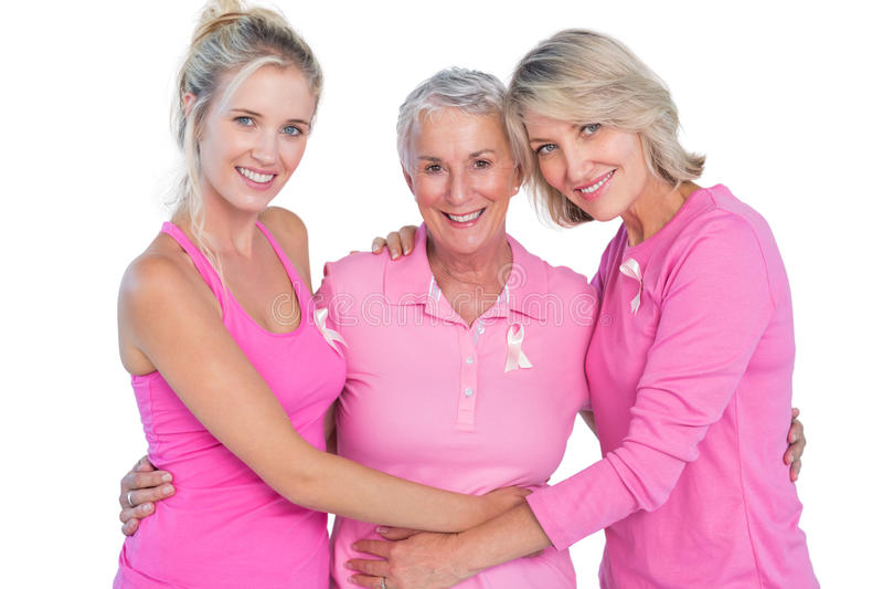 Glückliche Frauen, die rosa Spitzen und Bänder für Brustkrebs tragen stockbilder