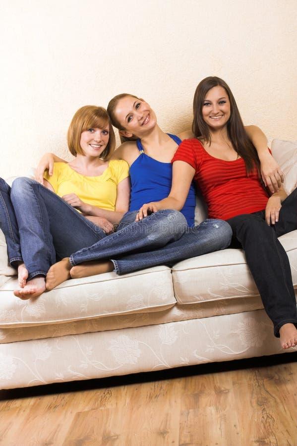 Glückliche Frauen in einem Wohnzimmer stockbilder