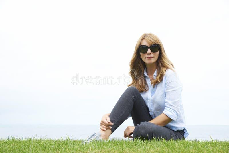 Glückliche Frauenentspannung im Freien lizenzfreie stockfotos