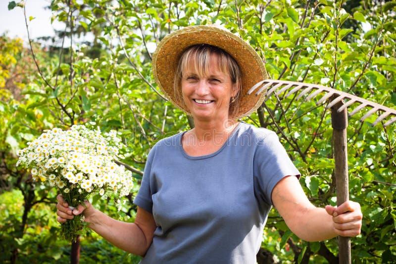 Glückliche Frauengartenarbeit stockbild