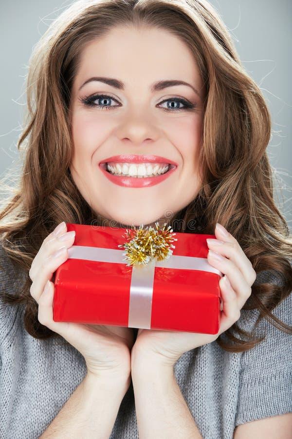 Glückliche Frauengriffgeschenkbox lizenzfreie stockbilder