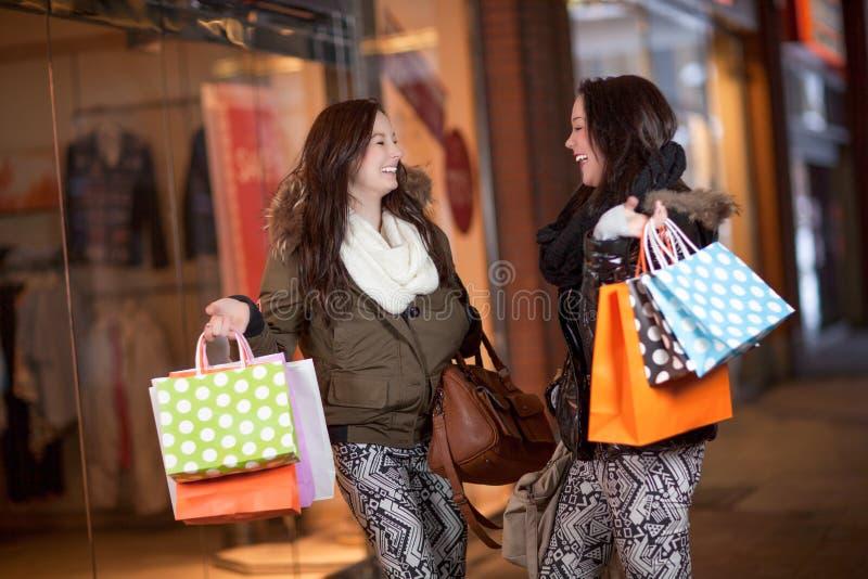Glückliche Frauenkäufer in einem Mall lizenzfreie stockfotografie