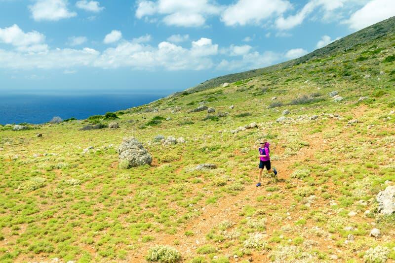 Glückliche Frauenspur, die in schöne Berge läuft stockbilder