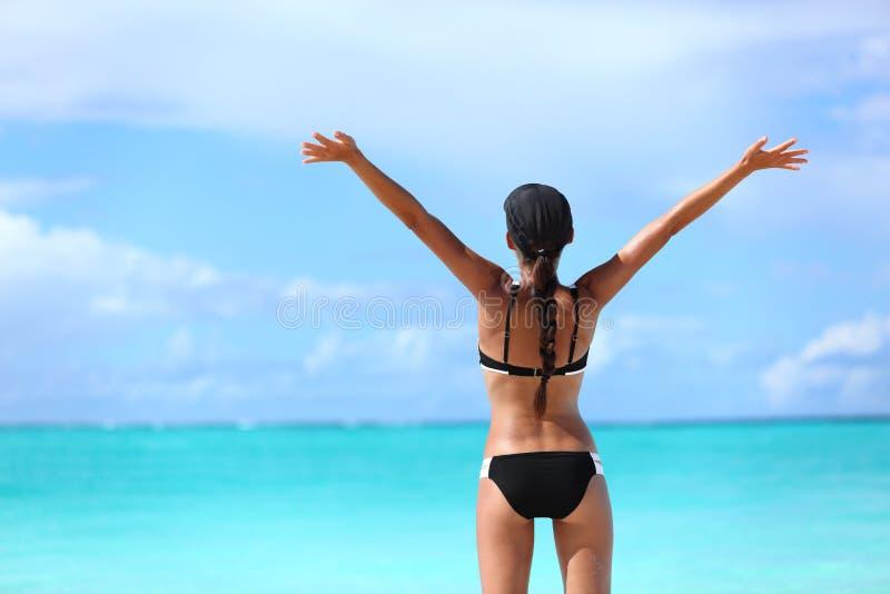 Glückliche Freiheitsbikinifrau auf freien Ferien lizenzfreies stockbild