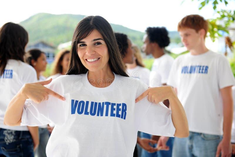 Glückliche freiwillige Frau und Gruppe stockfotos