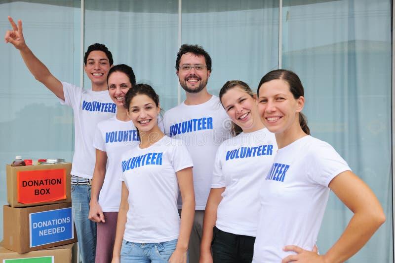 Glückliche freiwillige Gruppe mit Nahrungsmittelabgabe lizenzfreies stockfoto